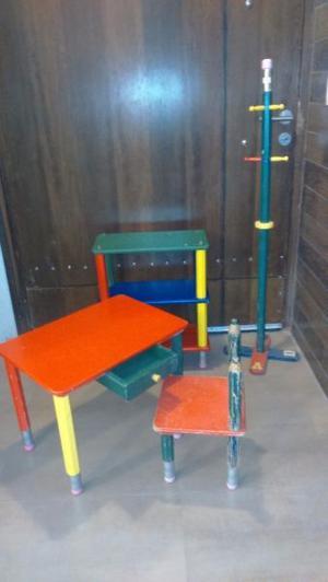 Simpático juego de Mesa, silla, repisa y Perchero