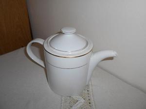 Cafetera de porcelana blanca