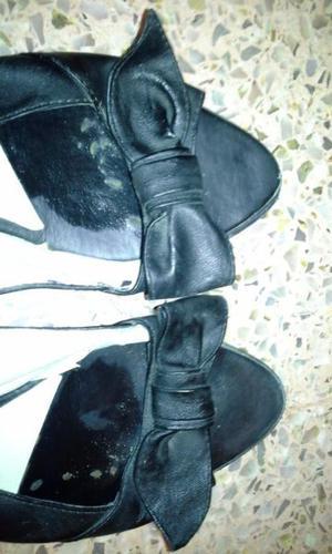 Excelente par de sandalias de cuero negro