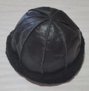Gorro negro de cuero con piel Talle S