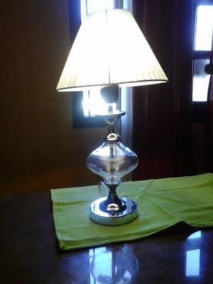 Lampara de mesa con esfera de vidrio y basede niquel con