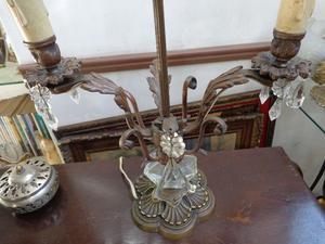 Exquisita lámpara de mesa en bronce. Antigua Saudade