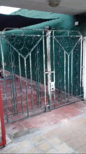 Antiquísimo portón de hierro forjado