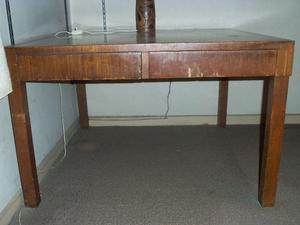 Mesa cuadrada de madera con dos cajones grandes. Muy buen