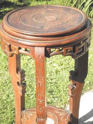 Pedestal de madera tallada antiguo.