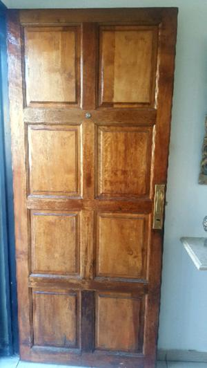Puerta maciza con herrajes de bronce