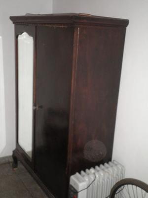 Ropero Antiguo de 2 puertas c/ espejo biselado.