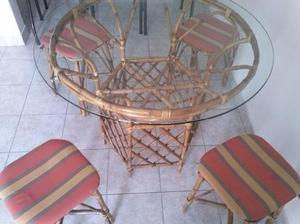 mesa de caña con vidrio y banquetas