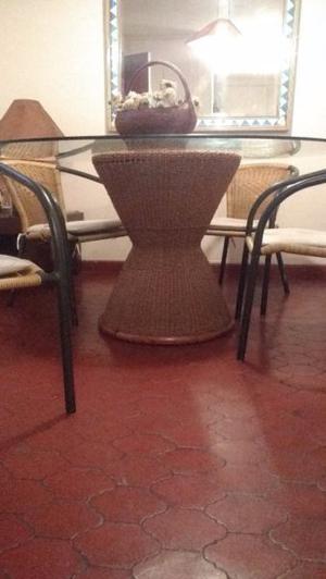 mesa redonda con pie de rattan