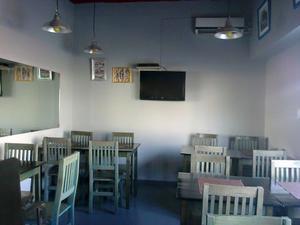 Mesa de Pino reforzado 70x70 y dos sillas ideal Bar