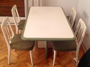Una mesa de madera maciza y 6 sillas