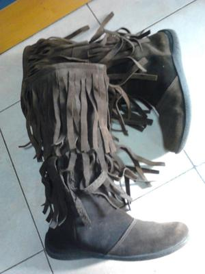 VENDO BOTAS DE NOBUK COLOR MARRON OSCURO, CON FLECOS, MEDIA