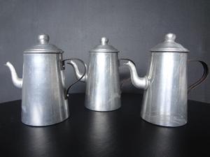 Antiguas cafeteras y tetera de aluminio