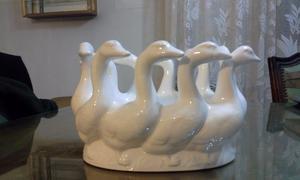 Bellísimo y original dentro de mesa de porcelana blanca,