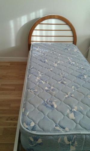 Cama de roble laqueada con colchón.
