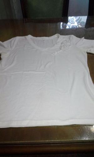 Hermosa remera blanca de algodón con aplique de flores de