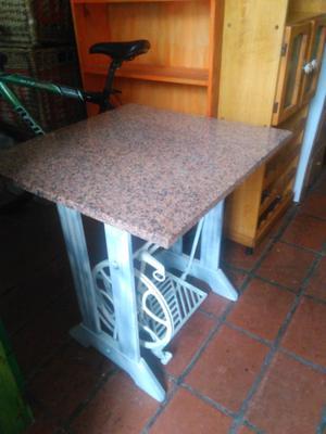 Mesa con pie de máquina de coser