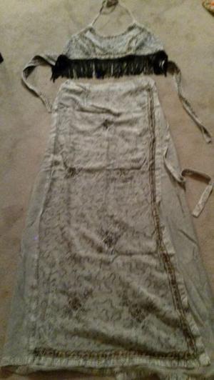falda larga cruzada en grises, top, con flecos o sin ellos,