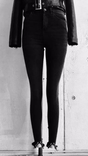 Jean negro chupín elastizado desflecado