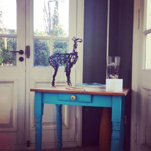 Mesa de campo restaurada con patas tornedas
