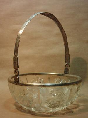 canasta bizcochera de cristal prensado y metal plateado