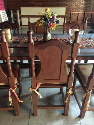 Juego de Mesa de Algarrobo con 6 sillas.