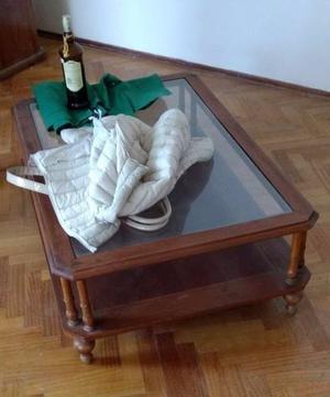 Mesa ratona de madera y vidrio.