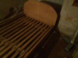 una cama de una plaza de madera