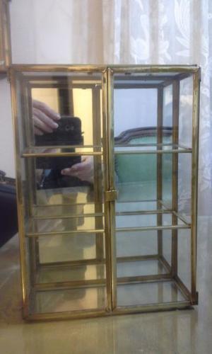 Divina vitrina de vidrio y bronce, fondo espejado