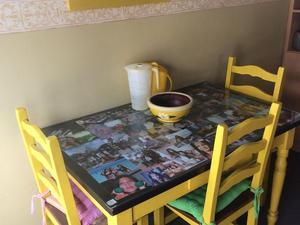 Mesa 4 sillas madera amarillas perf estado caballito