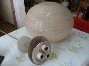 lámpara de colgar de tres luces con globo $.-