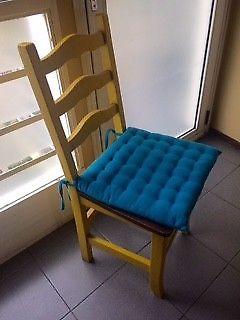 mesa y 4 sillas de madera macisa pintadas en amarillo
