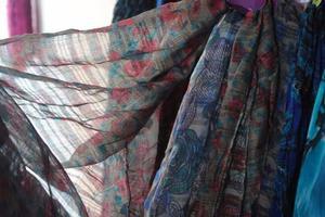 Vendo stock de 74 chalinas grandes y pañuelos