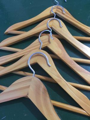 Perchas de madera (14 en total)