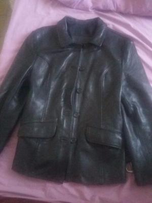 Campera de cuero tipo chaquetilla