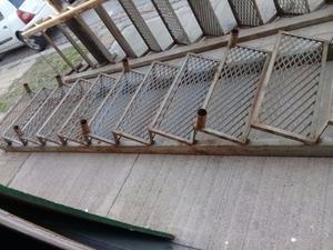 Escalera de hierro reforzado con malla metalica