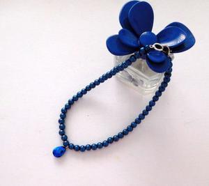 Gargantilla de perlas azules con colgante de cristal azul