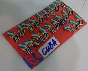 PINS BANDERA ARGENTINA CON CUBA DE 2 CMS