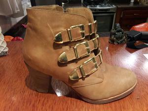 Botas de cuero color suela con errajes dorados