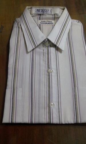 Camisa blanca con rayas de diferentes anchos en marrones