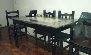 Mesa de comedor y sillas.