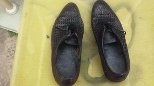 un par de zapatos negros calados