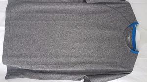 Remera Boomerang gris con cuello azul. Talle L. Nueva.
