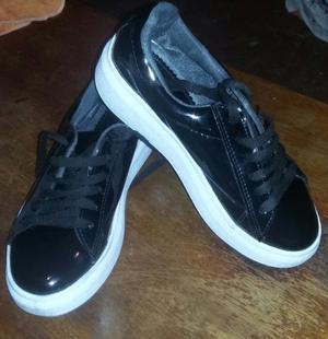 Zapatos de charol hermosos.