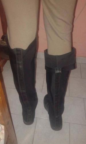 Botas bucaneras negras de cuero y detalle atrás