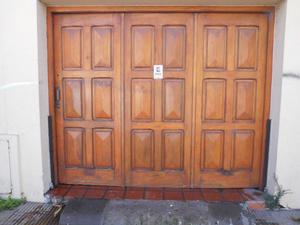 Portón de madera para garage. Excelente estado.