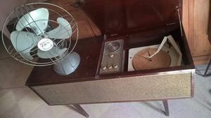 Tocadiscos Motorola y ventilador de mesa