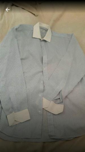 Camisa celeste con cuellos y mangas blancas