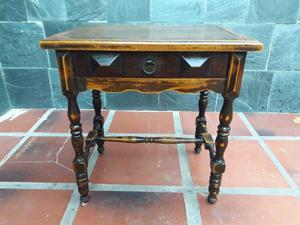 Mesa de luz antigua de madera.