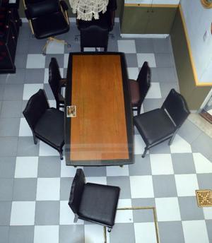 Mesa de reuniones con vidrio.